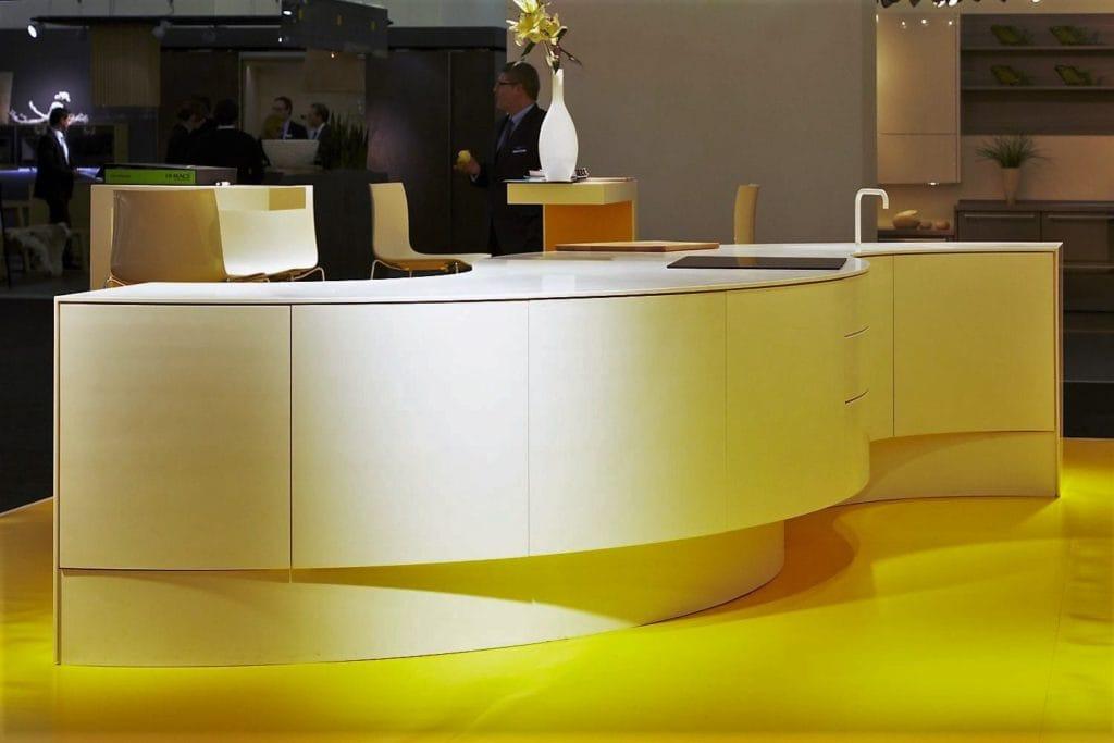 Tischlerei Peter Grube, Küchentresen aus Mineralwerkstoff, geschwungene Form, weiß, Messeausstellung