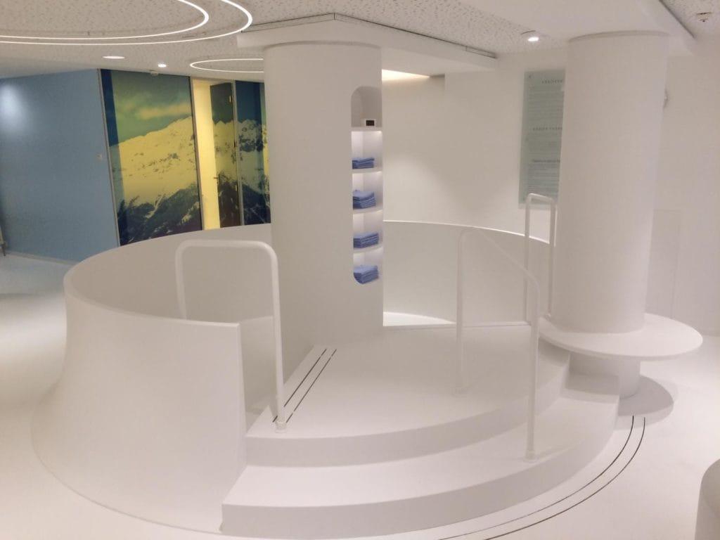Tischlerei Peter Grube, Spabereich aus Mineralwerkstoff, weiß, Säulen