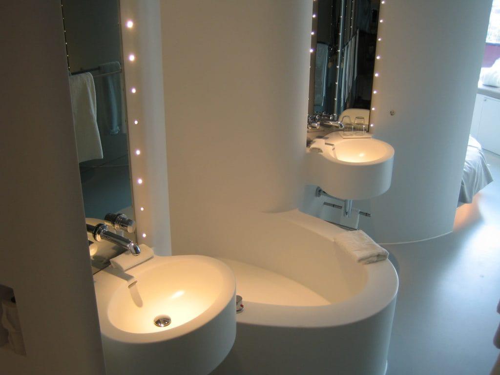 Tischlerei Peter Grube, Sanitärbereich Mineralwerkstoff weiß, runde Becken, runde Dusche