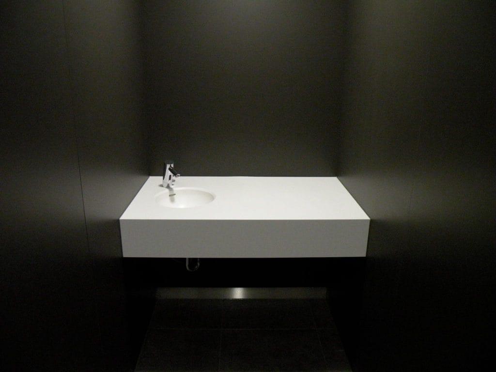 Peter Grube GmbH, Waschbecken, Mineralwerkstoff, weiß in schwarzem Raum