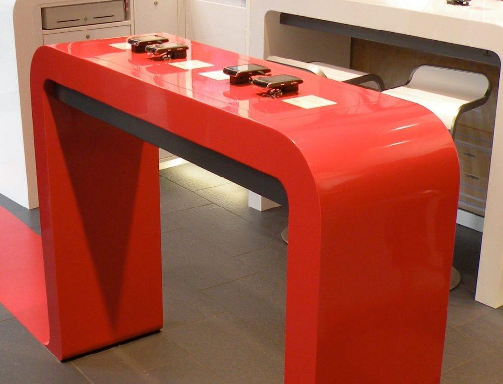 Peter Grube GmbH, Projekt Mineralwerkstoff für Vodafone, Ladentresen für Handyausstellung, in Glanz, Farbe rot